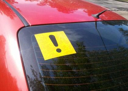 Насколько оштрафуют начинающего водителя, не наклеившего на авто соответствующий знак?
