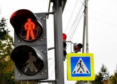 Какой штраф грозит пешеходу за переход дороги на красный цвет светофора?