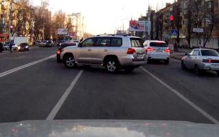 Как накажут водителя, развернувшегося не по правилам?